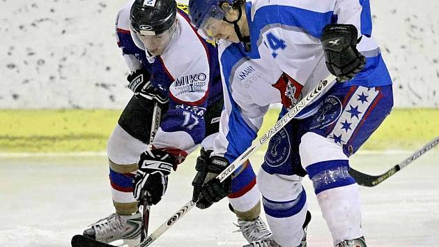 Fanoušci hokeje by si určitě přáli finále mezi Chotěboří  (vlevo) a Světlou.