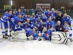 Double v letošní sezoně získali hokejisté Světlé nad Sázavou. Nejdříve získali titul krajské hokejové ligy Pardubicka a v neděli se takto radovali ze zisku Superpoháru.