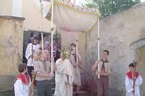 Na zdi kolem fary se čas už řádně podepsal.  Sama farnost nemá  dost peněz, a tak jen vítá aktivitu radnice, která se rozhodla podat pomocnou ruku. Přibyslav patří k religiozním městům, dbajícím na církevní tradice.