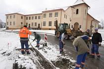 V jedné z nejprotáhlejších vsí okresu, v Oudoleni, v těchto dnech dělníci havlíčkobrodské firmy Chládek a Tintěra navzdory nepříznivému počasí dokončili výstavbu nových chodníků.