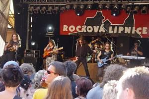 """AB Band. Zleva Miloš """"Mimi"""" Knopp (kytara), Karel Adam (basová kytara), Aleš Brichta (zpěv), Lukáš Pavlík (bicí), Petr """"Rošky"""" Roškaňuk (kytara), Zdeněk """"Vlčák"""" Vlč (klávesy)."""