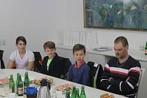 Osm mladých hokejistů BK Havlíčkův Brod společně s trenérem Beránkem bylo za velký úspěch na letošním mládežnickém mistrovství republiky pozváno na radnici starostou města Janem Teclem.