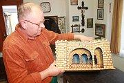 Josef Pleva opravil na dvacet různých betlémů.