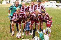 Futsaloví jmenovci Michalové Marešové (Michal I vpravo dole, Michal II vlevo dole) se scházejí i při letních turnajích v malé kopané.  V Chrudimi je s nimi ještě Roman Mareš (druhý zleva dole), který futsalové finále pro zranění neodehrál.