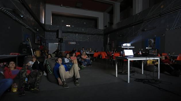 Promítání filmů v OKU.