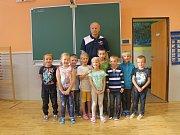 Na fotografii jsou žáci ze ZŠ a MŠ Věž, 1. třída pana učitele Zdeňka Posejpala