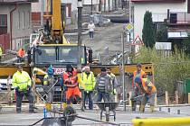 Na mostě přes Šlapanku v Havlíčkově Brodě pokračují práce rychlým tempem.