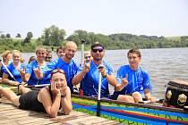 Závody dračích lodí na rybníku Řeka
