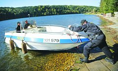 KONTROLNÍ VÝJEZD.  Ledečtí policisté se zaměřují především na kontrolu břehů rozsáhlého vodního díla. Do budoucna hodlají počet výjezdů motorovým člunem navýšit