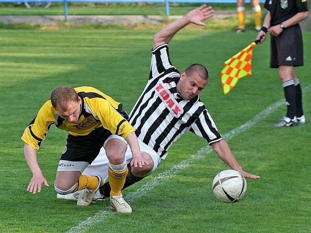 Fotbalisté Žďáru (v pruhovaném Radek Otoupalík) si v derby poradili s Havlíčkovým Brodem, který bojuje o záchranu a potvrdili výborné třetí místo.