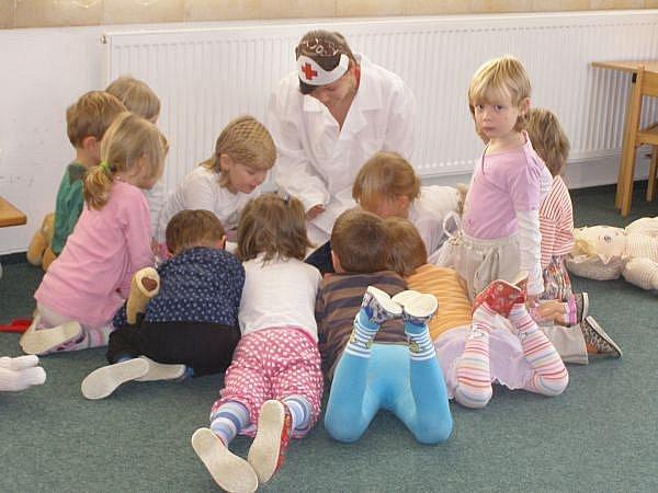 Jak ošetřit kamarádovi rozbité koleno, ale také jak správně přecházet ulici, se učili malí předškoláci v Přibyslavi pod vedením  žáků základní školy.