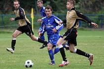 Petr Slanař (u míče) otevřel skóre utkání. Nejen díky tomuto gólu byl jedním z nejlepších hráčů utkání.
