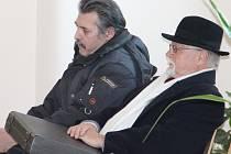 Nejvyšší státní zástupce v dovolání požaduje, aby NS zrušil zprošťující rozsudek a vrátil kauzu odvolacímu soudu k novému posouzení. Na snímku Luboš Vondrák (vlevo) se svým obhájcem u jihlavského soudu.