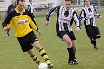 Podle obou trenérů jsou šance v derby mezi Ledčí (v pruhovaném v zápase proti Ústrašínu) a Kožlím vyrovnané, může vyhrát kdokoliv.