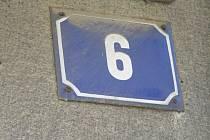 Obyčejná modrobílá smaltovaná tabulka s číslem. Mnoho domů na Lipnici ji nemá. Ilustrační foto.