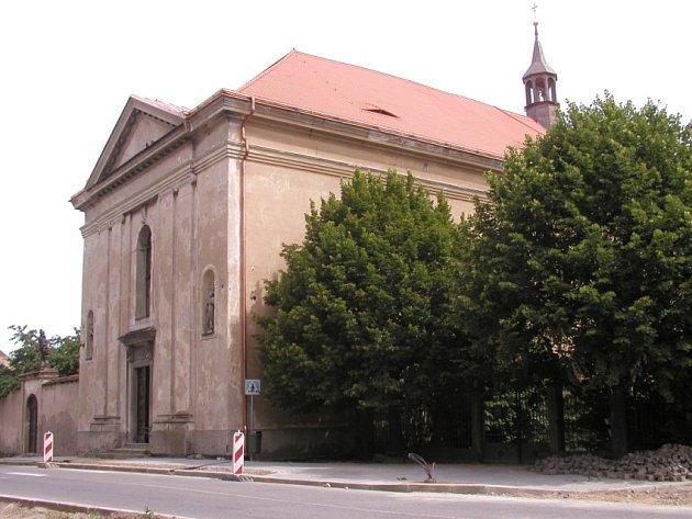 Kostel sv. Františka Serafínského prochází postupně rekonstrukcí, finančně se na ní spolupodílí každý rok i město