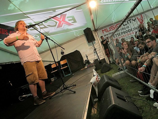 V doprovodném programu na Sázavafestu vystoupil Lukáš Pavlásek s pořadem Na stojáka.