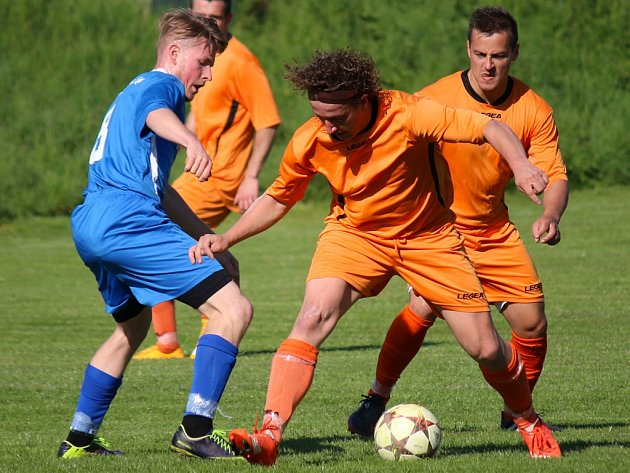 Klasickým sousedským derby je duel mezi Mírovkou (v oranžových dresech) a Lípou.