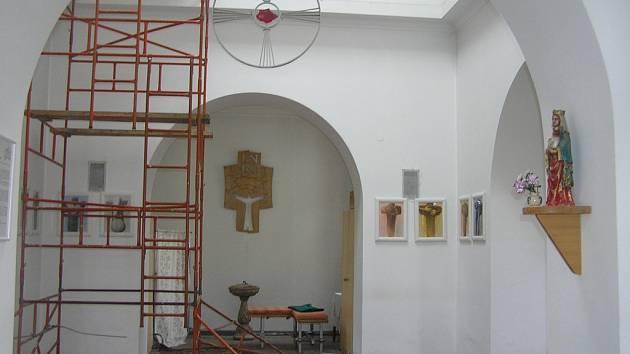 Duchovní stánek před Dnem otevřených dveří ještě prošel opravami.