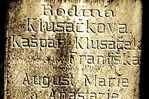 Na hřbitovech u Přibyslavi stojí náhrobní kameny s vytesaným příjmením Klusáček. V roce 1653 však v celých Čechách a na Moravě žili jen dva muži tohoto příjmení.