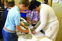 Nevidím, aco! Alena Stanická  (vpravo) pomáhá malým školákům poznat a pochopit svět nevidomých.