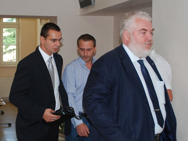 Bývalý policista Martin Foltýn (vlevo), Zdeněk Zapletal (uprostřed) a Foltýnův obhájce Radek Ondruš ve středu vcházeli do soudní síně. Roman Motičák, který je ve výkonu trestu, požádal, aby soud jednal v jeho nepřítomnosti.
