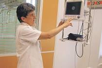 Podle staniční sestry Zdeňky Knobové je každý pacient JIP v boxu pod dohledem osobního monitoru, který mapuje jeho  životní funkce každou minutu. Ale systém lze nastavit tak, aby pacient, který nemusí trvale ležet, nebyl omezován v pohybu.