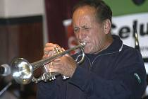 Trumpetista. Jazzová hvězda Laco Deczi, který hraje na trubku, se v pondělí 24. září představí svým fanouškům ve žďárském městském divadle v 19.30 hodin.