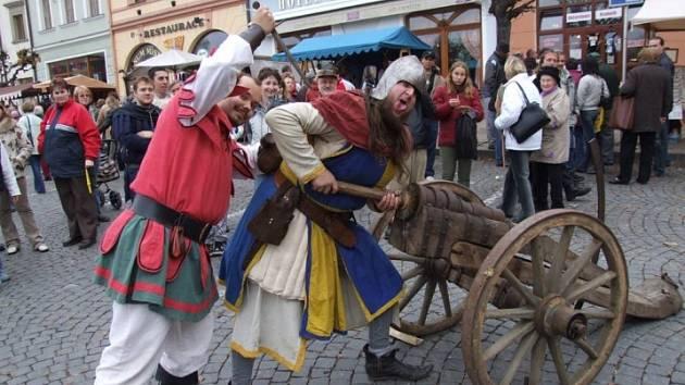 Zoufalci z Nevdieku. Právě tato šermířská skupina vystoupí v sobotním dopoledni hned třikrát, aby zavedla návštěvníky středověkých slavností do dob dávno minulých.