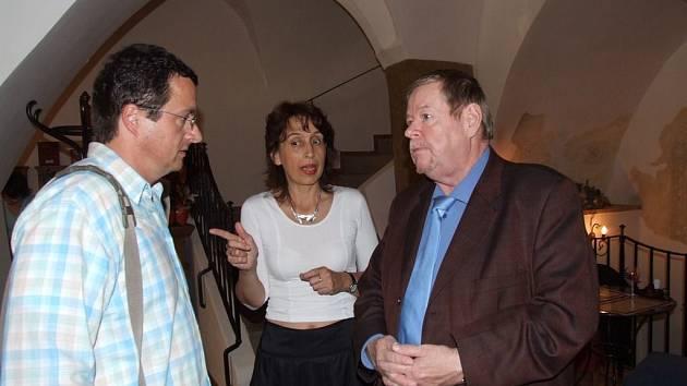 Hvězdy. Michal Viewegh přijímá pozvání ředitelky veletrhu Markéty Hejkalové již tradičně každý rok. Loni byl vedle něj hvězdou i finský spisovatel Arto Paasilinna (vpravo).