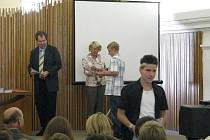 Imatrikulační listinu, kterou jsou studenti prvních ročníků slavnostně přijati mezi osazenstvo střední stavební školy, předávali učitelé i starostka Havlíčkova Brodu.