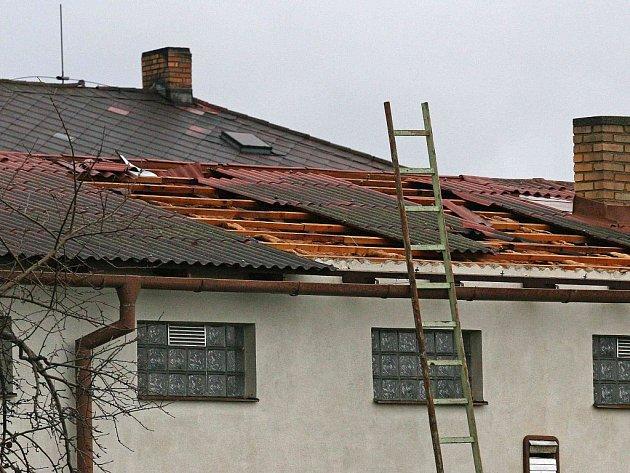 """Tak vypadá střecha, po které se přežene pořádná vichřice.  Síla větru """"oloupala"""" krytinu  ještě dokonaleji než Jeníček perníkovou chaloupku."""