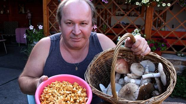 Všechny druhy lišek v misce Jaroslava Líbala jsou jedlé, v kuchyni všestranně upotřebitelné, i když pro tuhou dužinu hůře stravitelné. V košíku houbař má muchomůrky růžovky a šedivky. Oba druhy by měli sbírat jen zkušení houbaři, aby domů náhodou nedonesl