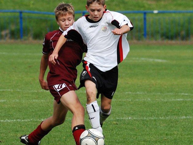 Střelcem je v kategorii U14 Matyáš Ondráček (v bílém). Gól si připsal i v dohrávaném utkání v Jihlavě.