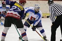 Hokejisté Světlé nad Sázavou (v bílém Petr Včela) momentálně vedou krajskou ligu, ve vítězném tažení je nedokázal zastavit ani okresní rival z Chotěboře.