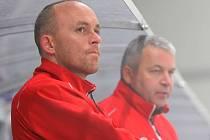 Richard Cachnín (vlevo) s Miroslavem Barusem podepisovali trenéra Koldu v zápise o utkání, on však porušil smlouvu tím, že se zápasů neúčastnil.