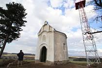Ševcův kopec. V nadmořské výšce 568 metrů stojí od roku 1762 kaple a od roku 1930 letecký maják, který byl zapsán do seznamu technických   památek. Z místa je daleký kruhový výhled.