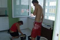 Nový chráněný byt v centru Havlíčkova Brodu vymalovali a uklidili sami klienti v rámci ergoterapie (léčby prací). Po dobu svého pobytu jsou povinni dodržovat přesně daný domovní řád. Jinak by museli byt opustit.