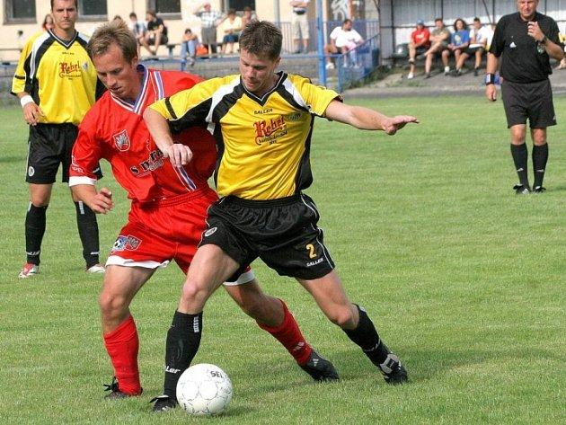 Nováček překvapil. Fotbalisté Havlíčkova Brodu (ve žlutém Michal Mišta) získali cenný bod v Líšni.