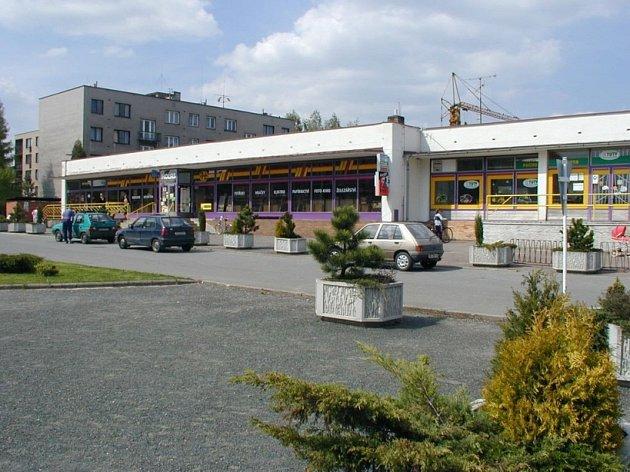 Chybí konkurence. Zatím jediný supermarket kraluje ždíreckému náměstí. Místní věří, že časem konkurence ve městě přibude.