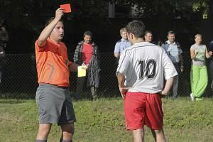 NEJPŘÍSNĚJŠÍ TREST. Červená karta znamená vyloučení. Někdy ji rozhodčí tasí v opravdu bizarních momentech. Ilustrační foto.