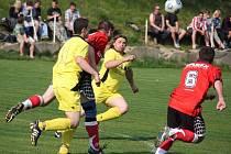 Penaltou pohrdl v utkání s Borovou štocký Martin Bulant (v prostřed ve žlutém).