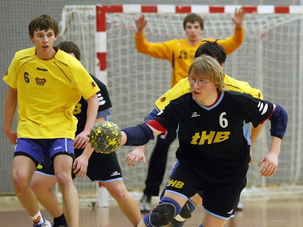 Házenkáři brodské Jiskry (v tmavém) pokořili v dalším utkání druhé ligy Ústí nad Labem 29:24.