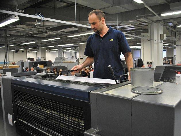 Nový stroj. Brodské tiskárny včera veřejnosti představily stroj za více než třicet milionů korun.  Jak se s ním pracuje, návštěvníkům ukázal tiskař Petr Bőnsch.