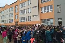 Studenti havlíčkobrodského gymnázia nesouhlasí s komunistickým režimem. Za doprovodu zakázaných písní, gest a cinkání klíčů sdělují, že tahle doba musí skončit.