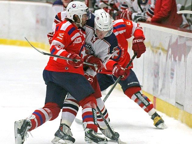 V zápasech mezi Třebíčí a Havlíčkovým Brodem je pokaždé k vidění spousta soubojů. V jednom z nich si na svého soupeře vyšlápl Jakub Bartoň (na snímku v červeném).