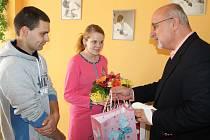 Iloně Jandové, Martinu Brabcovi i jejich dceři Lucii poblahopřál kromě starosty Havlíčkova Brodu Jana Tecla (vlevo) i ředitel nemocnice, lékaři i sestry porodního oddělení.
