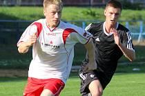 Tři body chtějí v nedělním zápase s Uherským Brodem získat fotbalisté brodského Slovanu. Trenér Richard Zeman se může spolehnout na kvalitní výkony Jakuba Henka (v černém).
