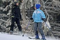 Lyžaři mají konečně dostatečné množství sněhu pro svou zálibu. Většinu z nich neodradily ani teploty hluboce pod bodem mrazu  a sychravý vítr. Vzali sjezdovky nebo snowboard a hurá do jednoho z areálů na Havlíčkobrodsku. Ilustrační foto.