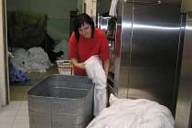 Přestože čistírna v Brodě poskytuje kvalitní služby, zákazníků ji kvůli krizi navštěvuje stále méně.